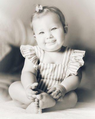 As sessões de fotos de bebês são a coisa mais fofa do mundo. É verdade q requerem de tempo e paciência para poder captar momentos especiais, mas todos eles me dão maravilhosas fotos cheias de ternura e aqui a Maia foi espetacular com esses olhos e aqueles sorrisos cheios cheios de alegria!!!  Amei fotografá-la ❤️!!! www.ceciliafernandezfotografia.com . . . #babyphotography #babygirl #canonphotography #blackandwhitephotography #baby #maedemenina #instababy #instababygirl #maternidadereal #cutephoto #aveirobaby #portugaldenorteasul #aveirolovers