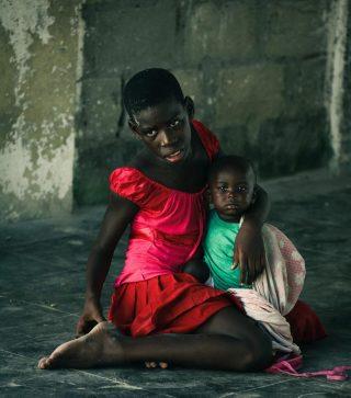 Ilha de Moçambique.  Hoje posto fotos tuas para homenagear-te pelo quão maravilhoso tu és. Mas acima de tudo porque me entristece ver o que está acontecendo contigo nestes dias. O mundo está totalmente desequilibrado. Há tantas pessoas que precisam ser felizes e fariam isso com tão pouco enquanto do outro lado todos desperdiçando felicidade em tolices!!!  . . . . #mozambique🇲🇿 #mocambique #cabodelgadotambémémoçambique #cabodelgadoimporta #peopleofmozambique #ilhademoçambique #indianocean #canonphotography  www.ceciliafernandezfotografia.com